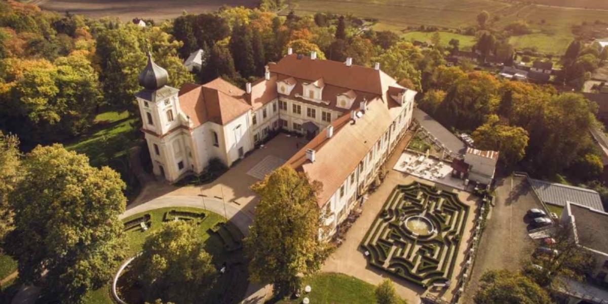 Loučeň: Celoročně přístupný zámek s parkem plným labyrintů a bludišť